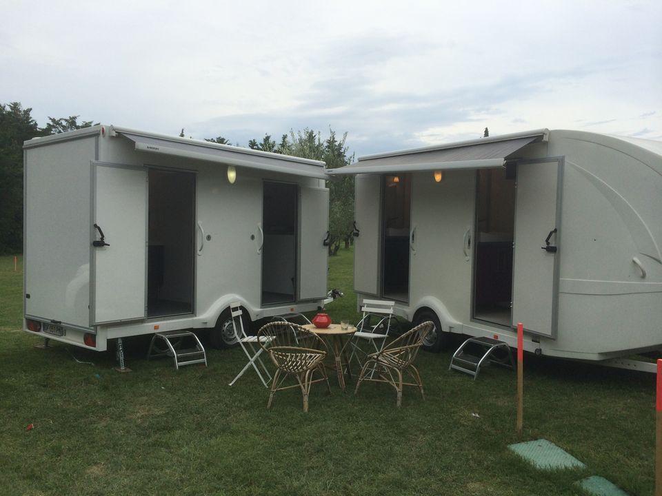 deux caravanes sanitaires avec auvent bio sanitaire location. Black Bedroom Furniture Sets. Home Design Ideas